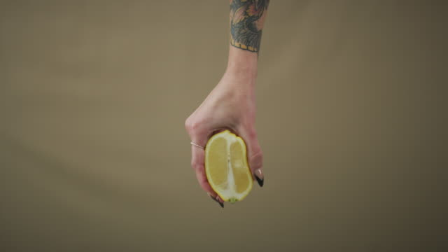 when life hands you lemons squeeze all the juice out - ovulazione video stock e b–roll