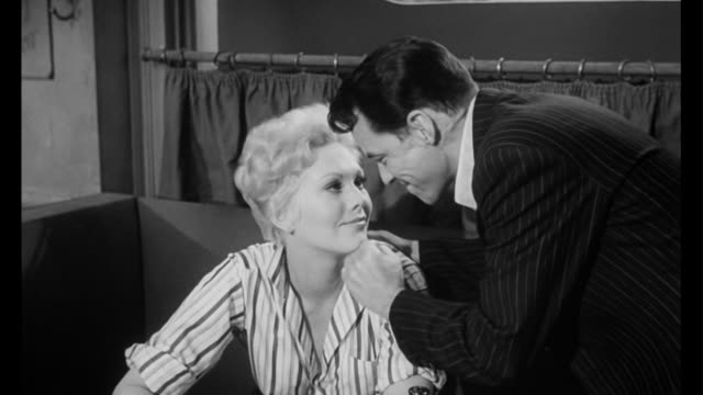 vidéos et rushes de 1955 when man (frank sinatra) refuses to buy drugs from his dealer, woman (kim novak) has a change of heart - tentation
