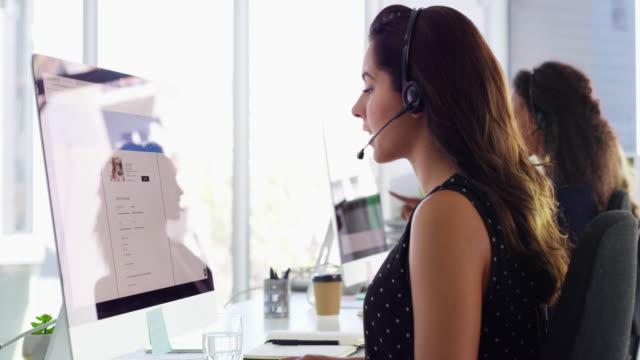 vidéos et rushes de quand nos clients sont heureux, nous sommes heureux - casque téléphonique