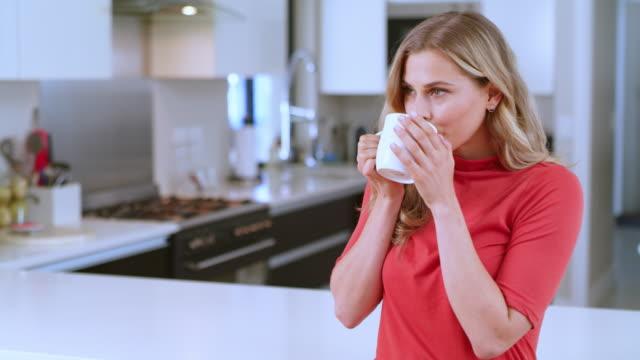 när den första koppen kaffe berör din själ - kaffe dryck bildbanksvideor och videomaterial från bakom kulisserna