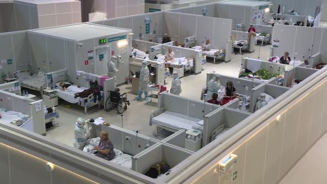 vídeos de stock, filmes e b-roll de when the first wave of coronavirus hit russia, pop-up hospitals were built in moscow to help cope with the overflow of patients. the facility in... - rússia