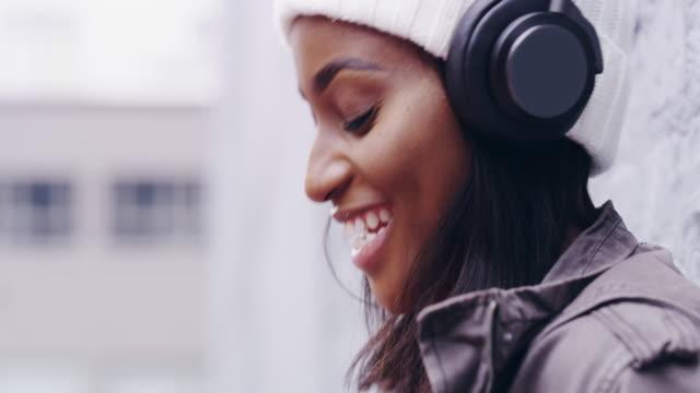 vidéos et rushes de quand la musique vous obtient, groove avec elle - équipement audio son vidéo