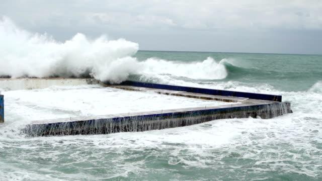vídeos de stock, filmes e b-roll de quando o mar fica louco-super slow motion - céu tempestuoso
