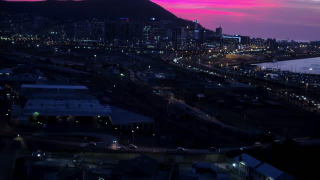 vídeos de stock, filmes e b-roll de quando o sol se põe seu tempo para uma aventura de cidade - cidade pequena