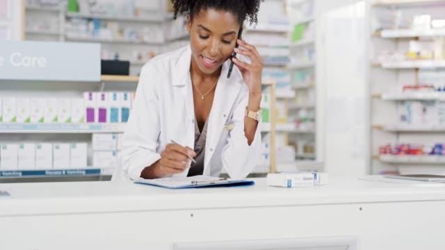 vídeos de stock e filmes b-roll de when was your last refill? - medicamento de prescrição