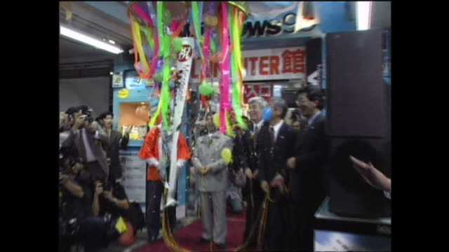 When Windows 98 was launched at the twelve midnight of July 25 people held a launching event at an electrical appliance shop in Akihabara Tokyo