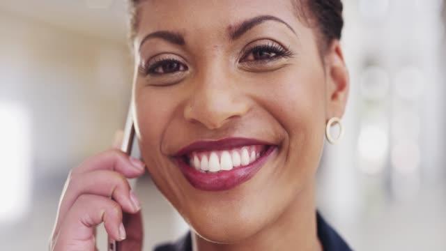 あなたの仕事があなたの情熱であるとき、それは仕事のように感じません - 歯を見せて笑う点の映像素材/bロール