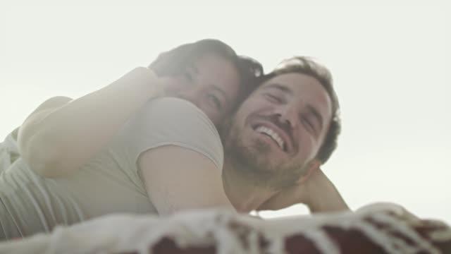 vidéos et rushes de quand votre matinée commence par des câlins et des rires - couple d'âge moyen