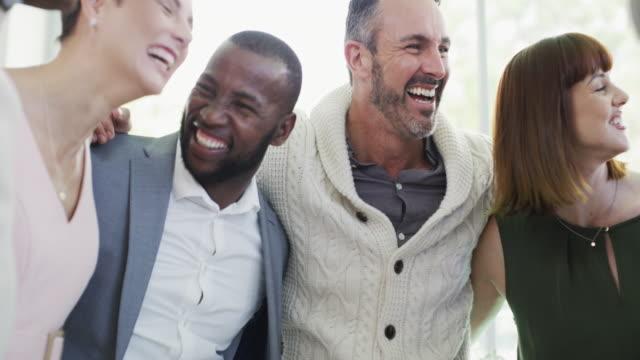 vídeos de stock, filmes e b-roll de quando você está trabalhando como uma equipe você já está ganhando - encorajamento