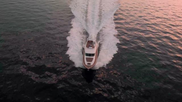 次にどこですか。の豪華なヨットで生活 - 中年の男性だけ点の映像素材/bロール
