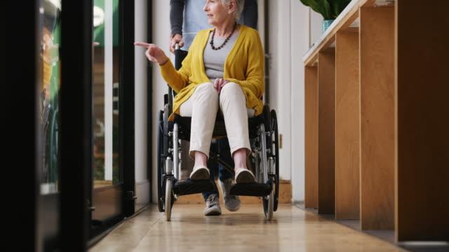wohin ihre patientin auch geht, sie geht mit - wiederherstellen stock-videos und b-roll-filmmaterial