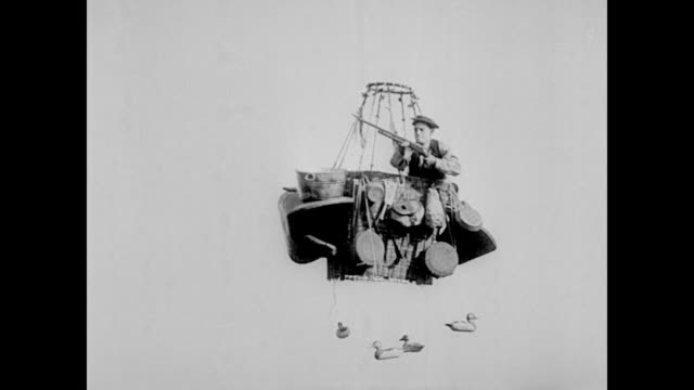 vídeos y material grabado en eventos de stock de 1923 while floating in a hot air balloon, man (buster keaton) hunts for ducks - espuma de jabón
