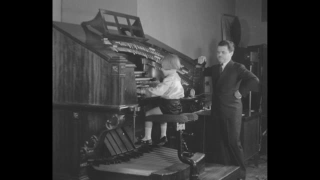 """vidéos et rushes de while jesse crawford is playing organ young rudy favalova interrupts him wanting to play """"hey mr crawford i don't like the way you play that numbah""""... - bavardage"""