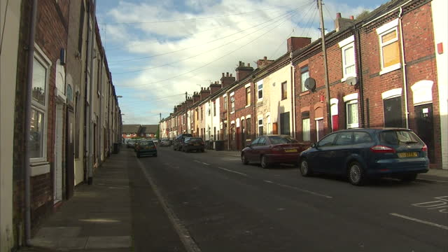 vídeos de stock e filmes b-roll de while southern parts of the country saw encouraging rises homeowners in the north east suffered the biggest annual drop in prices. sky's tom... - maior