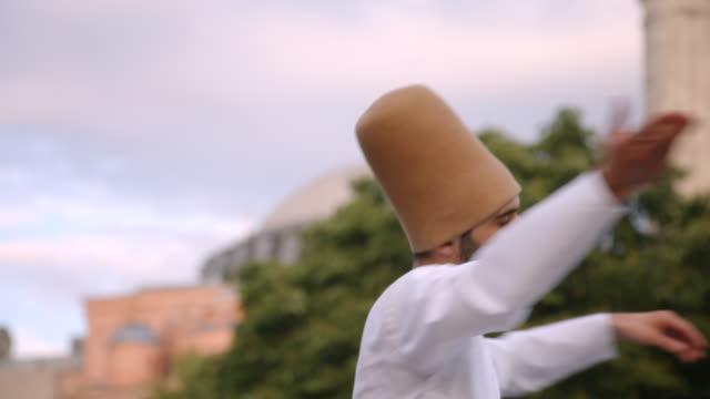 whirling dervish dancer in istanbul, turkey - pregare video stock e b–roll