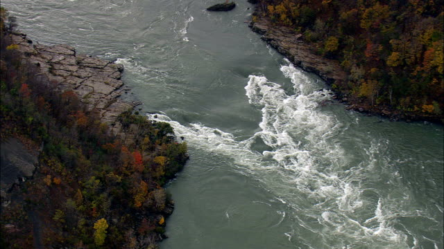 whirlpool rapids am niagara river - luftbild - ontario, kanada - fluss niagara river stock-videos und b-roll-filmmaterial