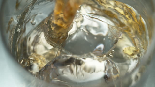 vidéos et rushes de whiskey being poured into a glass with ice - glaçon