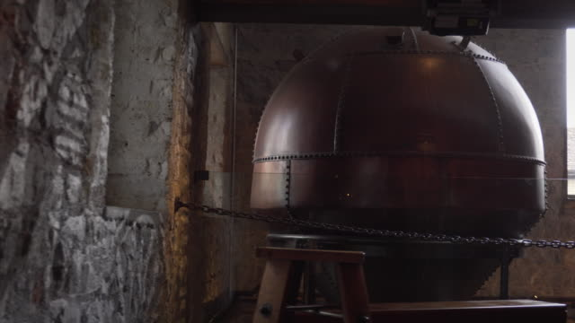 vidéos et rushes de whiskey brewery interior - ireland - whisky