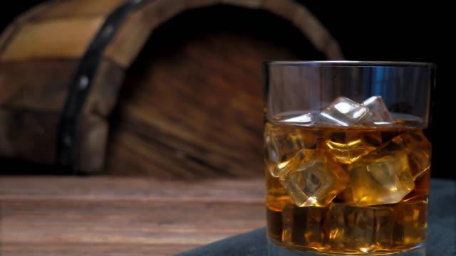 vídeos de stock, filmes e b-roll de whisky no bar balcão - barril