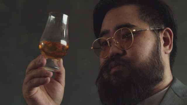 stockvideo's en b-roll-footage met whiskey shot - proeven