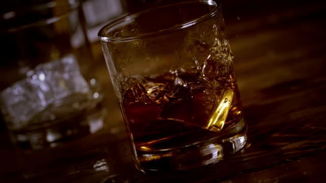 vidéos et rushes de whiskey - glaçon