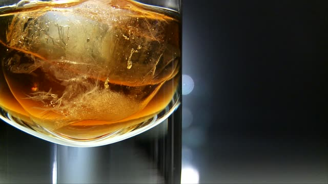 vidéos et rushes de whiskey with ice cubes - whisky