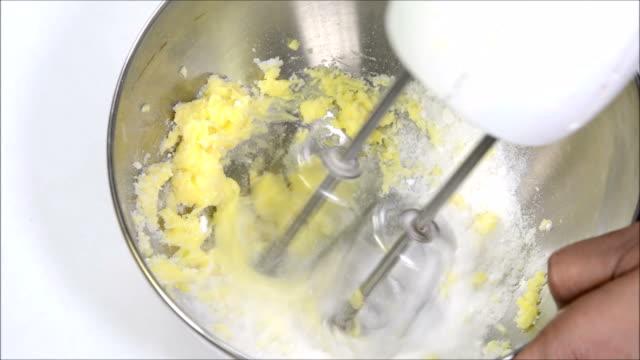 whisking butter and sugar - zucker stock-videos und b-roll-filmmaterial