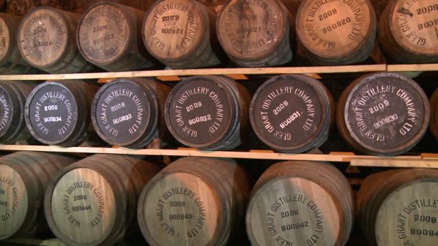 vidéos et rushes de ms pan whisky casks in warehouse / rothes, speyside, scotland - whisky