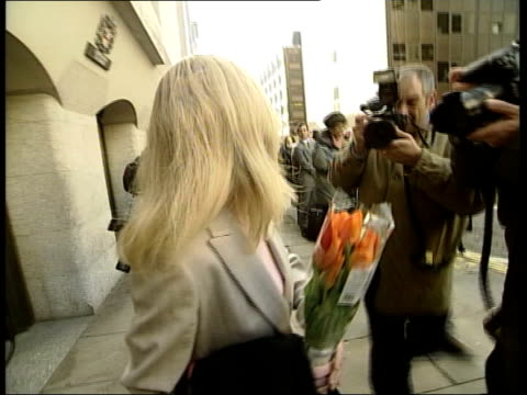 john ray england london downing street i/c old bailey ms katharine gun holding bunch of flowers as along from court katharine gun speaking to press... - itv late news stock-videos und b-roll-filmmaterial