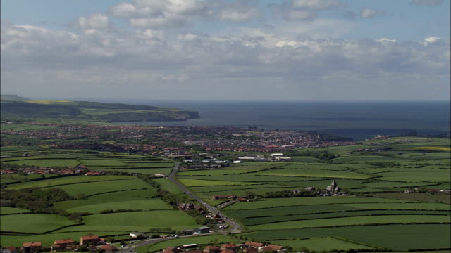 vídeos de stock, filmes e b-roll de whitby-vista aérea-inglaterra, north yorkshire, scarborough district, reino unido - yorkshire