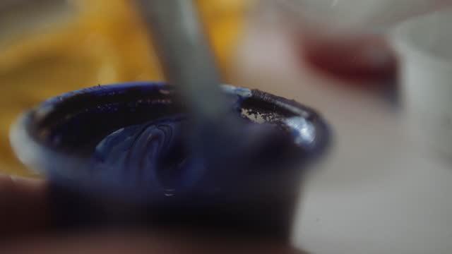 vídeos de stock, filmes e b-roll de tinta branca e azul misturada - desenhar atividade