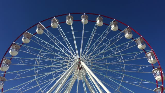 white and red giant wheel - big wheel stock-videos und b-roll-filmmaterial