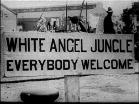 b/w 1931 white angel jungle everybody welcome sign at mother jordan's soup kitchen / san fran - 1931年点の映像素材/bロール