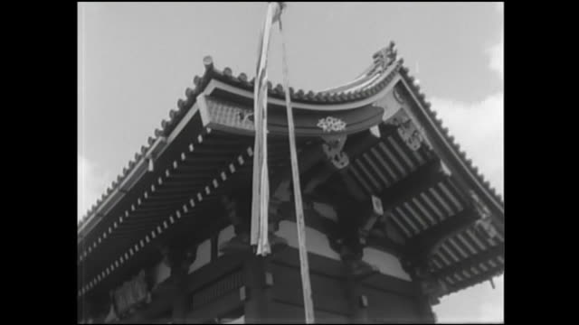 A white banner flutters on flagpole outside the Kaminarimon.