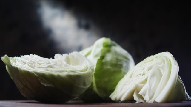 vídeos de stock e filmes b-roll de white cabbage close-up - crucifers