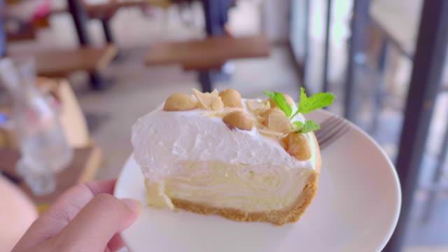 vidéos et rushes de pov: gâteau blanc - couches superposées