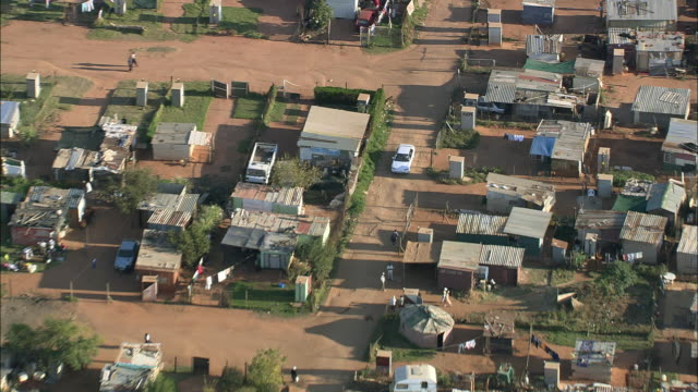 vidéos et rushes de aerial ws zo white car driving through township, johannesburg, gauteng, south africa - ville moyenne
