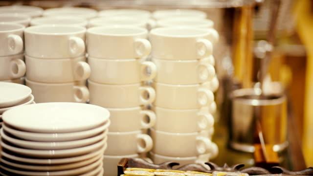 vidéos et rushes de céramique blanche bols et assiettes empilées sur une table. - bol vide