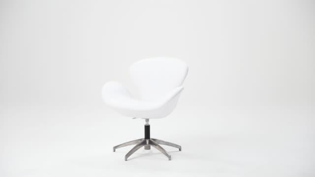 vidéos et rushes de chaise blanche sur un background blanc - chaise de bureau