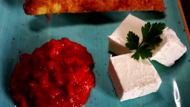 ホワイト チーズ、自家製 ajvar、トマト、パン、パセリ - シェーブルチーズ点の映像素材/bロール