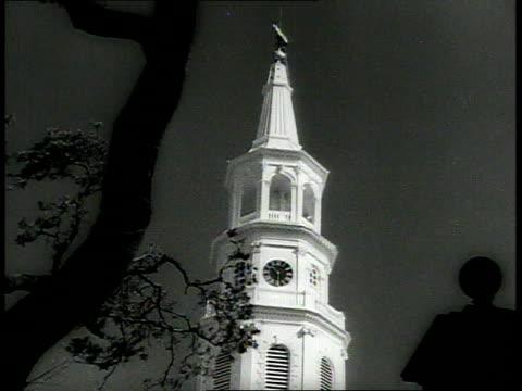1939 ws white church steeple towering over statue / charleston, south carolina, usa - tornspira bildbanksvideor och videomaterial från bakom kulisserna