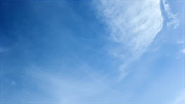 Cirrostrato nubes blancas en el cielo azul