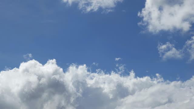 white clouds in a blue sky - 山梨県点の映像素材/bロール