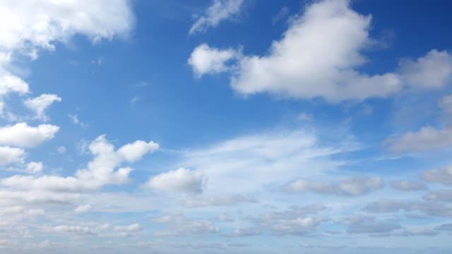 vídeos de stock e filmes b-roll de white clouds in blue sky - movimento perpétuo