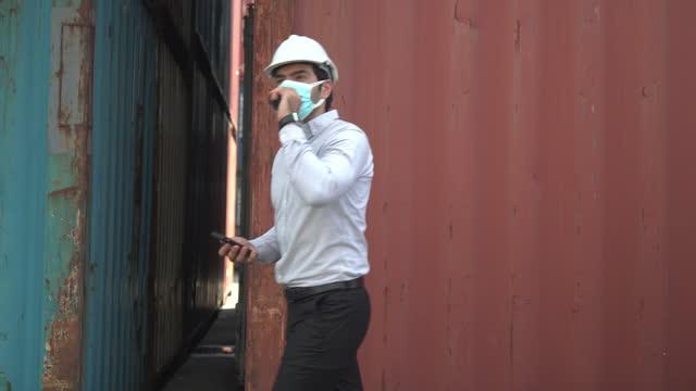 貨物コンテナサイトのホワイトカラー労働者。 - white collar worker点の映像素材/bロール