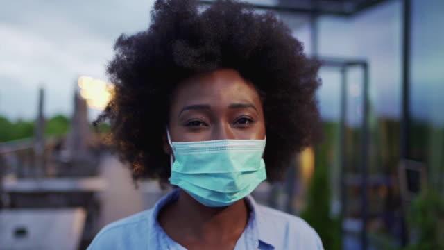vídeos de stock, filmes e b-roll de mulher trabalhadora de colarinho branco usando uma máscara - desafio