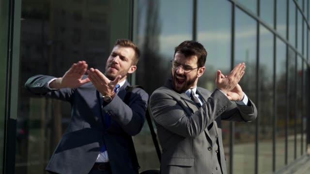 vidéos et rushes de cols blancs dans la joie après avoir reçu une promotion - collègue