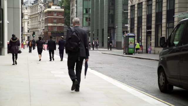 vídeos de stock e filmes b-roll de white collar workers walking in london fenchurch street - vestuário de trabalho