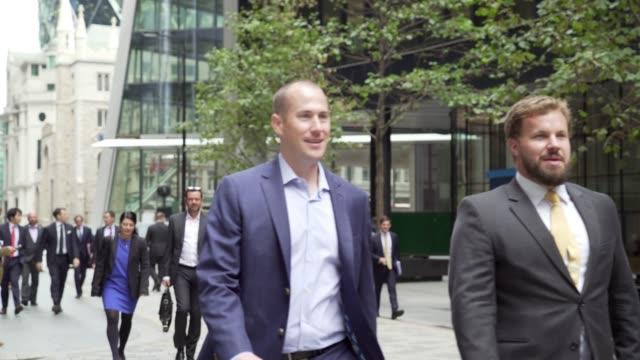 white collar workers walking in london lime street - ホワイトカラー点の映像素材/bロール
