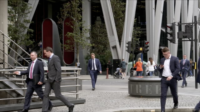 white collar workers walking in the city of london - 横断歩道点の映像素材/bロール